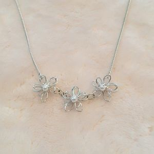 Cute flower necklace